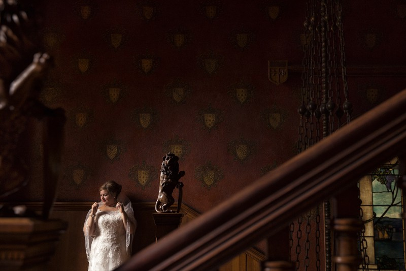 picture of bride on stan hywet wedding day