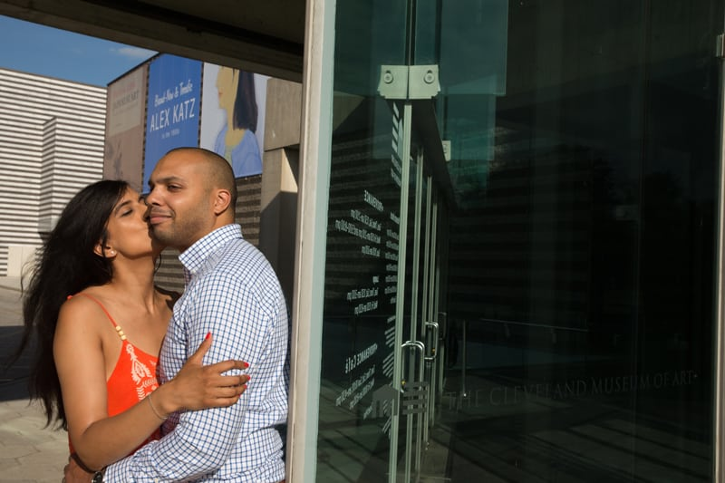 couple hugging at cleveland museum of art