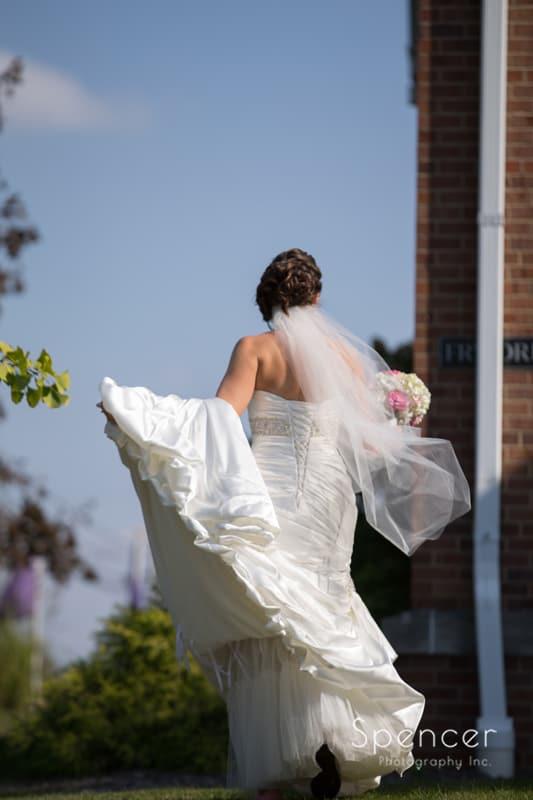 bride walking to get wedding pictures