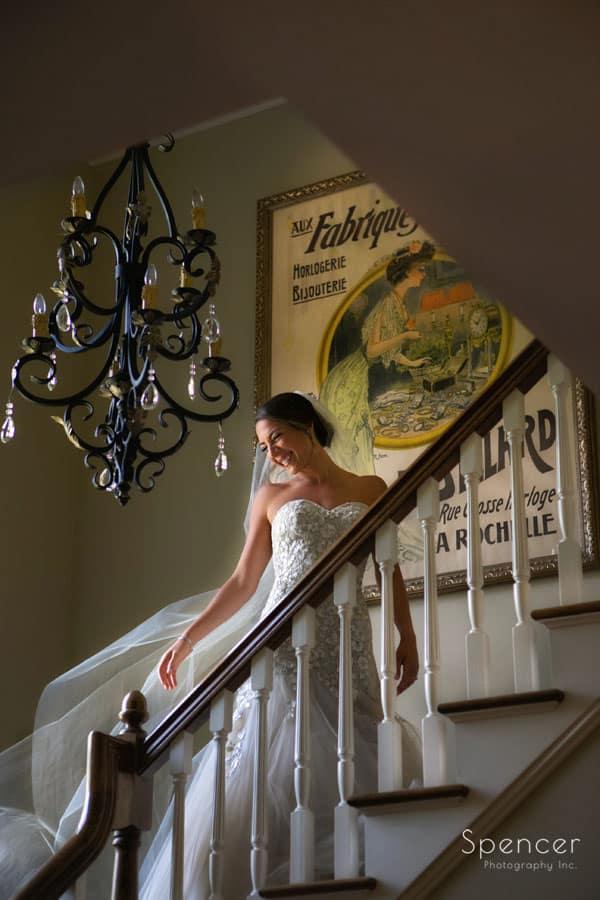 bride fluffing veil before her jewish wedding