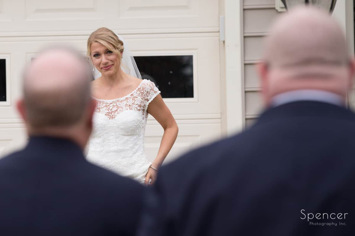 bride sees dad for first time on wedding day