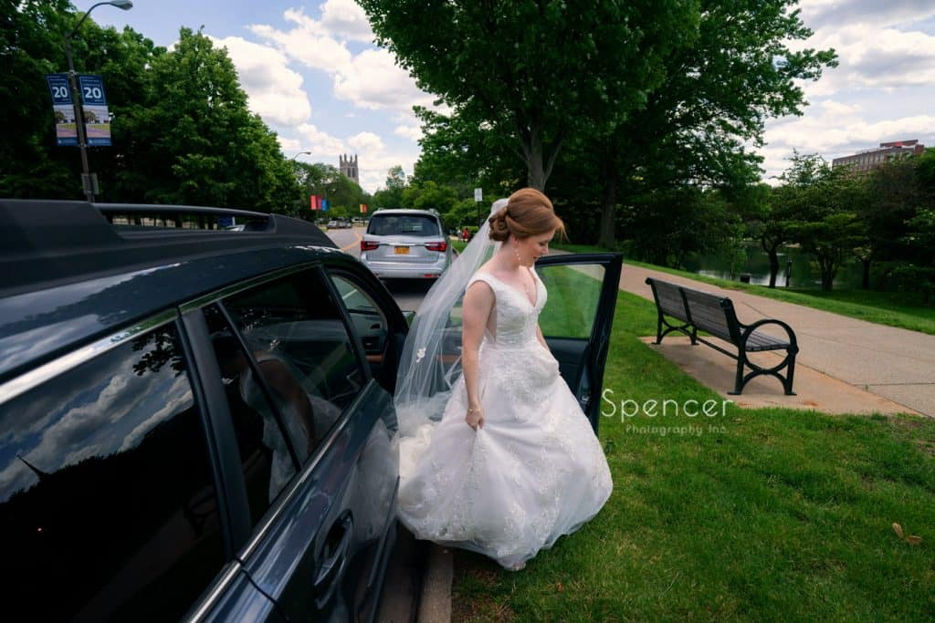 bride walking to wedding pictures at Cleveland Museum of Art