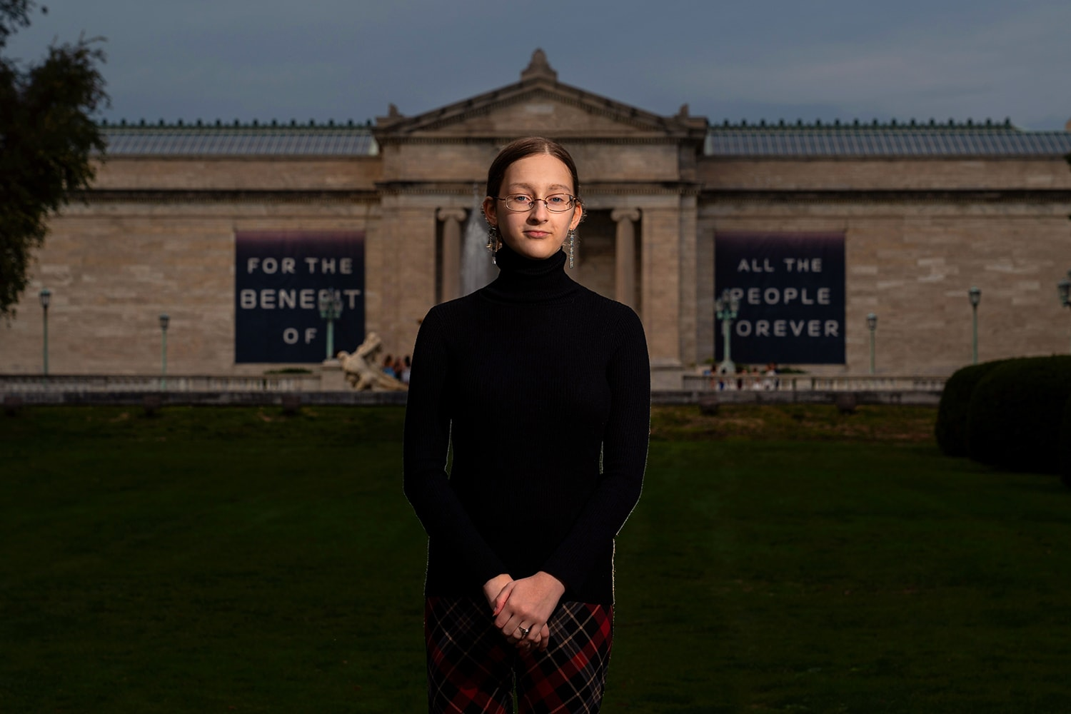 senior picture of girl standing in front of Cleveland Museum of Art