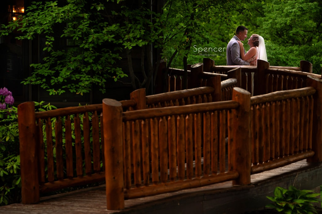 couple in wedding pictures at Rolling Acres Golf Course