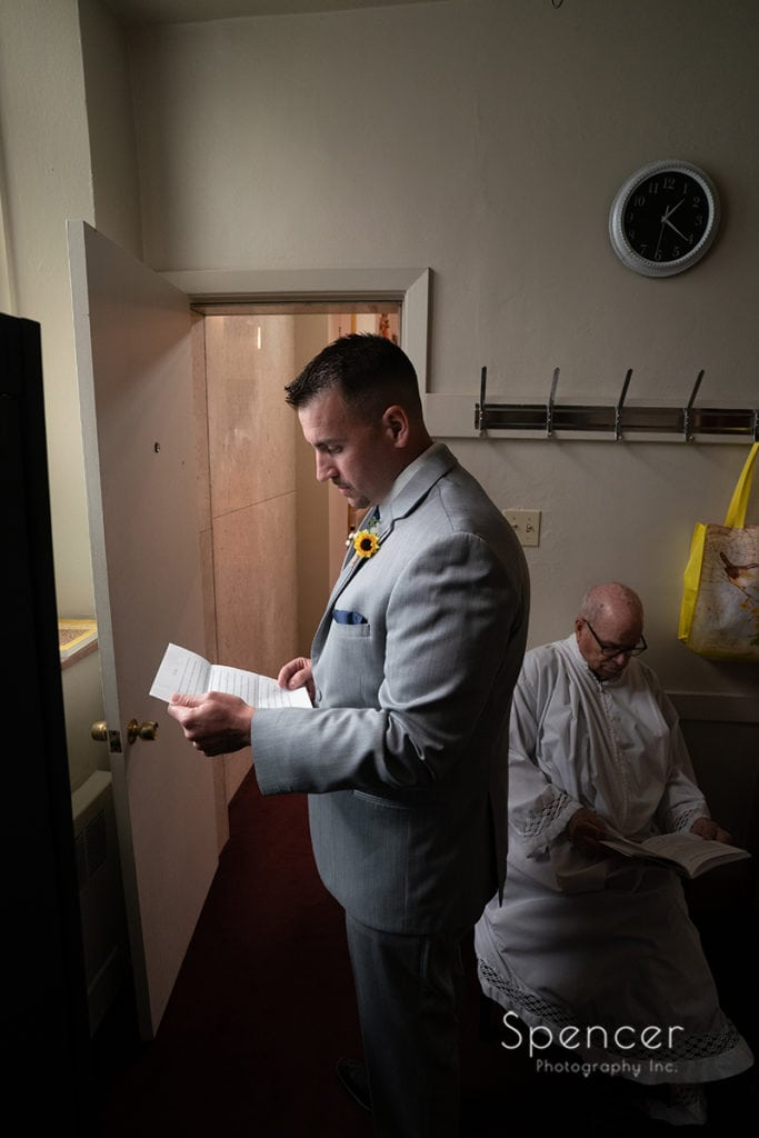 groom reading wedding day letter from bride